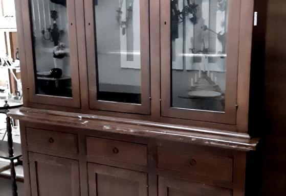 Credenza classica con vetrina