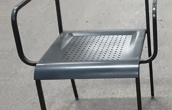 Sedia con seduta traforata
