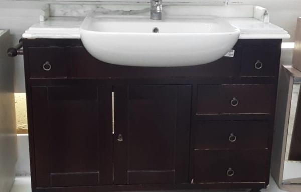 Mobile con lavabo e specchio