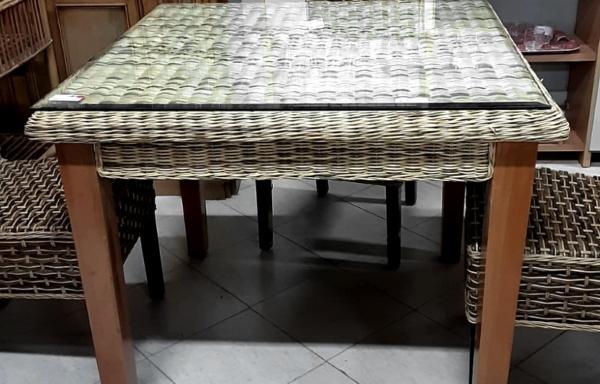 Tavolo con piano in rattan