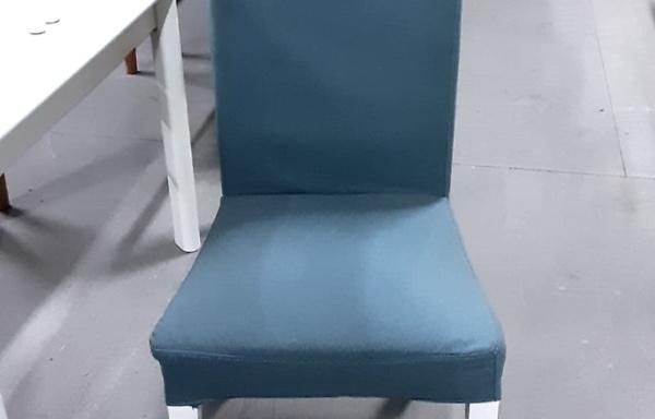 Sedia con copertura azzurra